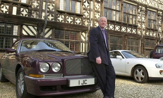 EKSENTRIKER: John Caudwell har blitt kjent som en eksentriker med en forkjærlighet for det meste som er dyrt, eller som går fort. Her er han avbildet utenfor sitt hjem Broughton Hall i Staffordshire i 2005. Foto: Jamie Jones / REX / NTB Scanpix