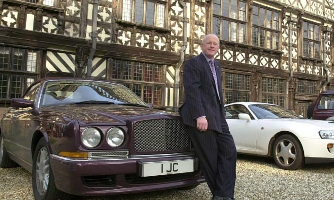<strong>EKSENTRIKER:</strong> John Caudwell har blitt kjent som en eksentriker med en forkjærlighet for det meste som er dyrt, eller som går fort. Her er han avbildet utenfor sitt hjem Broughton Hall i Staffordshire i 2005. Foto: Jamie Jones / REX / NTB Scanpix