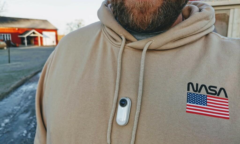 HENGER FAST: Ved hjelp av et halskjede med magnet på innsiden av genseren, henger Insta360 Go godt fast. Foto: Pål Joakim Pollen