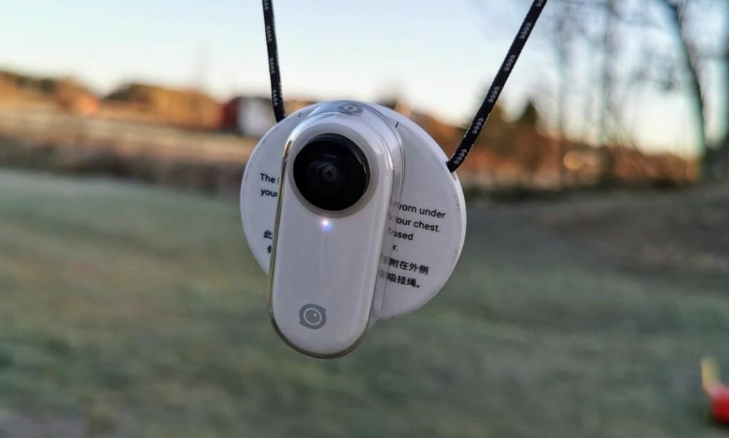 Her henger kameraet fast i magnetkjedet. Magneten er meget sterk og fungerer fint igjennom et plagg. Foto: Pål Joakim Pollen