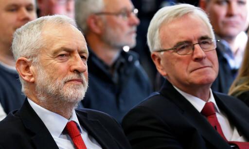 KOMPIS: John McDonnell (til høyre) er den nest fremste opposisjonspolitikeren i Storbritannia og står nær Labour-leder Jeremy Corbyn. Foto: Andrew Yates / Reuters / NTB Scanpix