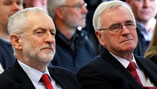 <strong>KOMPIS:</strong> John McDonnell (til høyre) er den nest fremste opposisjonspolitikeren i Storbritannia og står nær Labour-leder Jeremy Corbyn. Foto: Andrew Yates / Reuters / NTB Scanpix