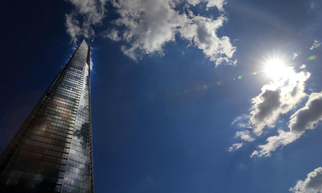 KAN FLYTTE: Sola skinner på skyskraperen The Shard i London. En av landets rikeste personer frykter mørke skyer på horisonten, og varsler at han og de rike vennene hans kan komme til å flykte fra Storbritannia. Foto: Oliver Dixon / REX / NTB Scanpix