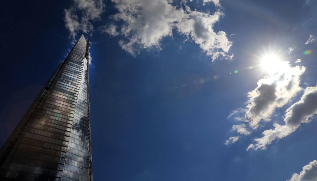 <strong>KAN FLYTTE:</strong> Sola skinner på skyskraperen The Shard i London. En av landets rikeste personer frykter mørke skyer på horisonten, og varsler at han og de rike vennene hans kan komme til å flykte fra Storbritannia. Foto: Oliver Dixon / REX / NTB Scanpix