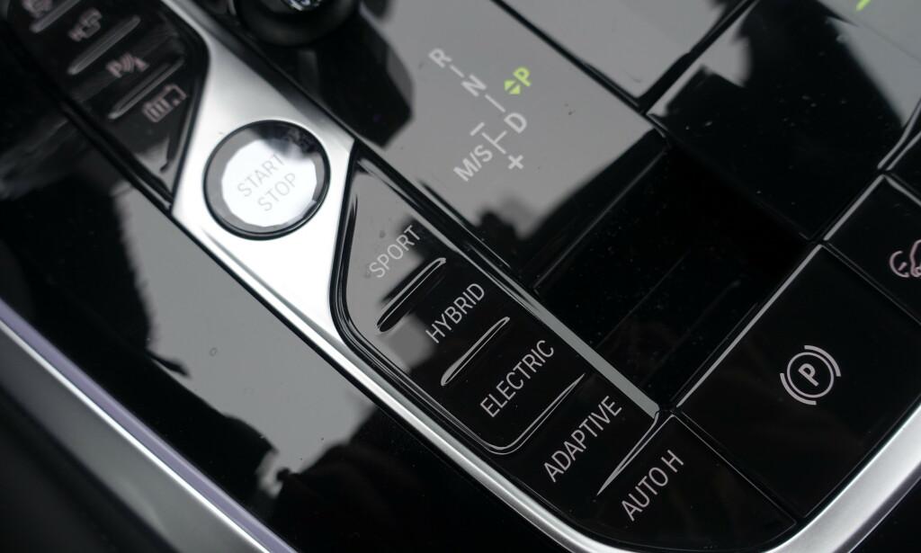 HER STYRES ALT: Det er med disse fire knappene du styrer hybridsystemet. I Sport og Elektrisk kan du sette opp egne preferanser. I Adaptiv fikser den alt selv. Foto: Rune M. Nesheim