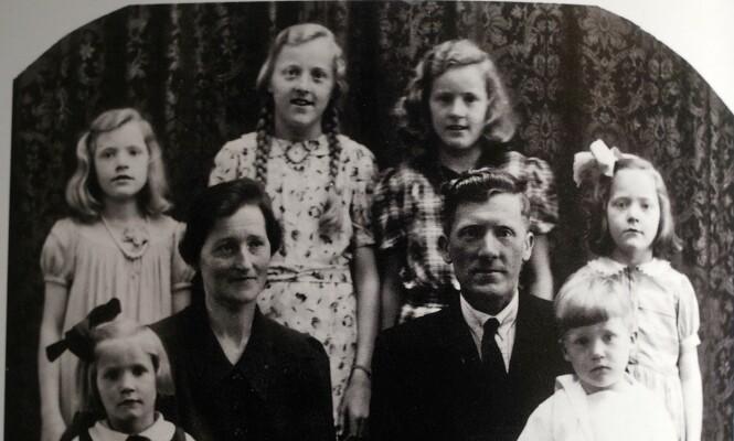 FAMILIEN ETTER KRIGENS SLUTT: Dette bildet av familien Andersen ble tatt på Hidra i 1945. Nederst fra v.: Miriam, Thora, Erling og Erling jr. Øverst fra v.: Astrid, Kirsten Selma, Thorbjørg og Solveig. Foto: Privat