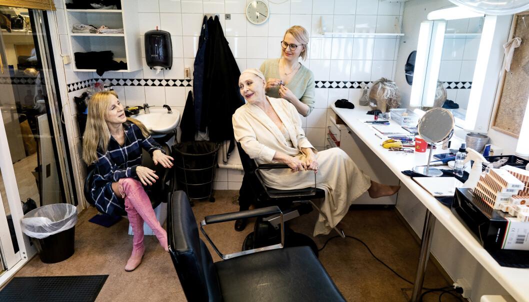 <strong>ROER NERVENE:</strong> Både Liv Bermhoft Osa og Kari Simonsen sminkes av maskør Marianne Hommo. De setter pris på stunden i sminkerommet før de skal på scenen. - Her er det mennesker som tar vare på oss. Det roer nervene, sier Simonsen. Foto: John Terje Pedersen/Dagbladet