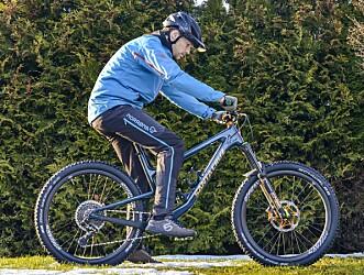 <strong>FEIL:</strong> Her sitter vi feil, med balansen for langt bak på sykkelen. Da får du dårligere balanse og kontroll på sykkelen. Foto: Jamieson Pothecary