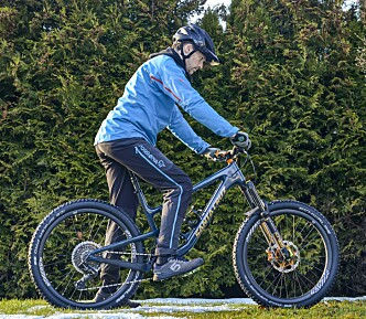 <strong>FEIL:</strong> Hodet er nede og blikket er festet for nært sykkelen. Sjansen er størst at du ikke oppfatter faren i tide. Foto: Jamieson Pothecary