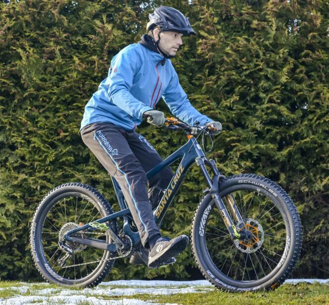 <strong>EKSTRA STØTTE:</strong> Er svingen ekstra utfordrende? Løft det innerste beinet av pedalen, og bruk det som støtte og ekstra balanse. Foto: Jamieson Pothecary