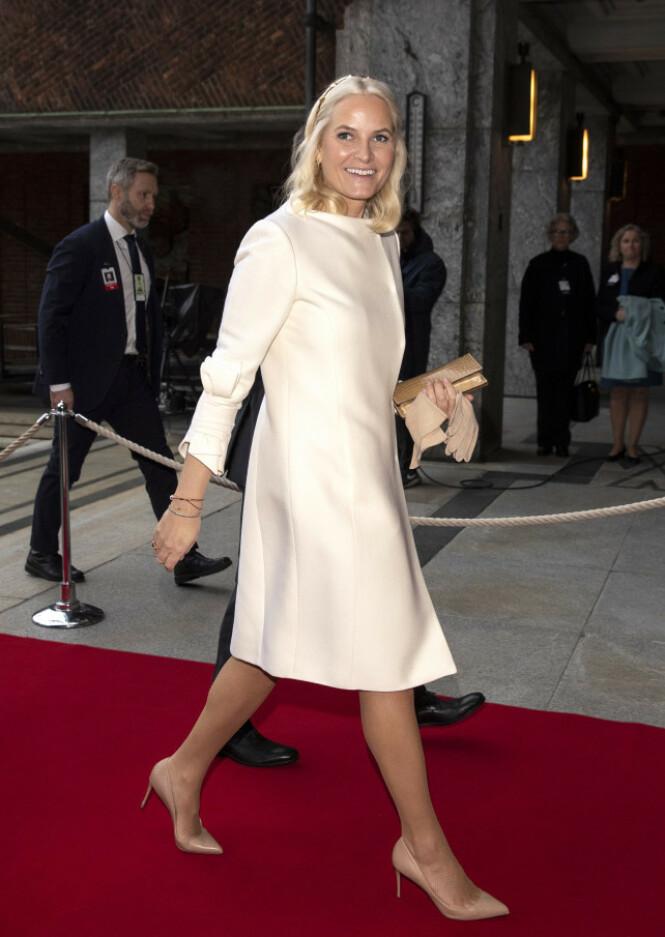 GAMMEL FAVORITT: Kronprinsessen stilte opp i en kremhvit Valentino-kjole under årets Nobel-utdeling. Foto: Andreas Fadum / Se og Hør