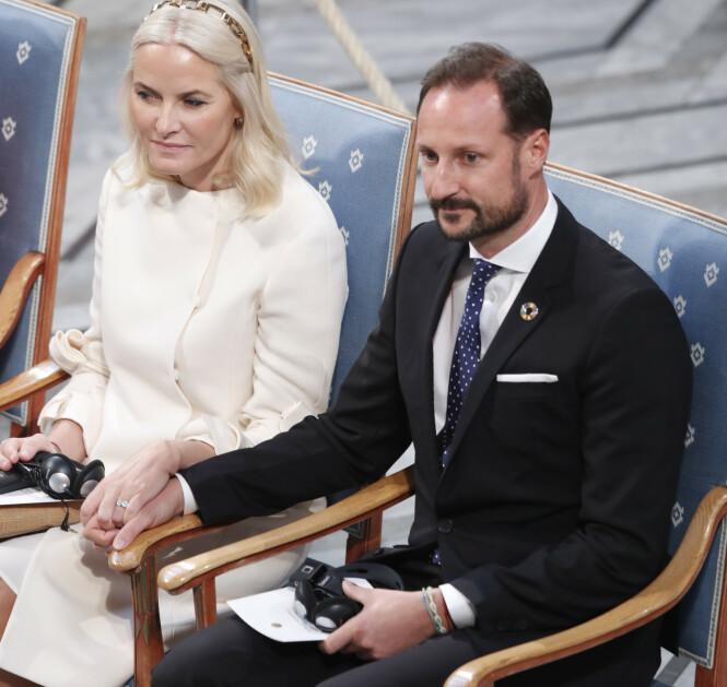 SKJELLARMBÅND: Det er altså dette skjellarmbåndet som er plassert på kronprinsens venstre håndledd som Svensk Damtidning omtaler. Foto: NTB Scanpix
