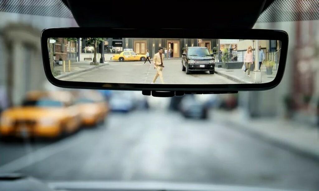 VIDEO I SPEILET: Hvis sikten bakover er begrenset, kan det vanlige speilbildet erstattes med et kamerabilde. Det er en av årets viktigste oppfinnelser på bilfronten, ifølge britisk forskningssenter. Foto: Range Rover