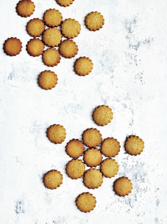 Ingefær gir friskhet og kontrast til søt sirup,   honning og brunt sukker, og det dufter himmelsk når du åpner kakeboksen. FOTO: Columbus Leth