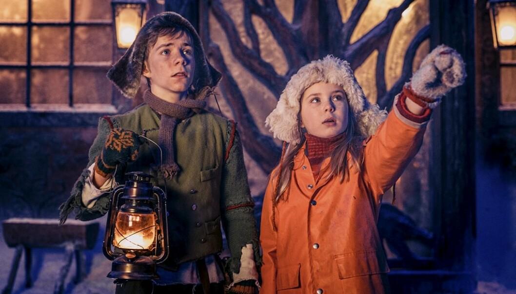 «SNØFALL»: Slik så Selma og Pil ut da de spilte i julekalenderen «Snøfall». Nå har de blitt tenåringer - kjenner du dem igjen? FOTO: NRK