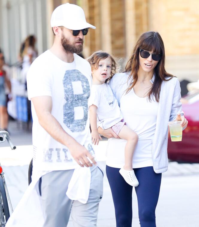 FAMILIE PÅ TRE: Justin Timberlake og Jessica Biel har sønnen Silas sammen. Her er den lille familien i New York i 2017. Foto: NTB Scanpix