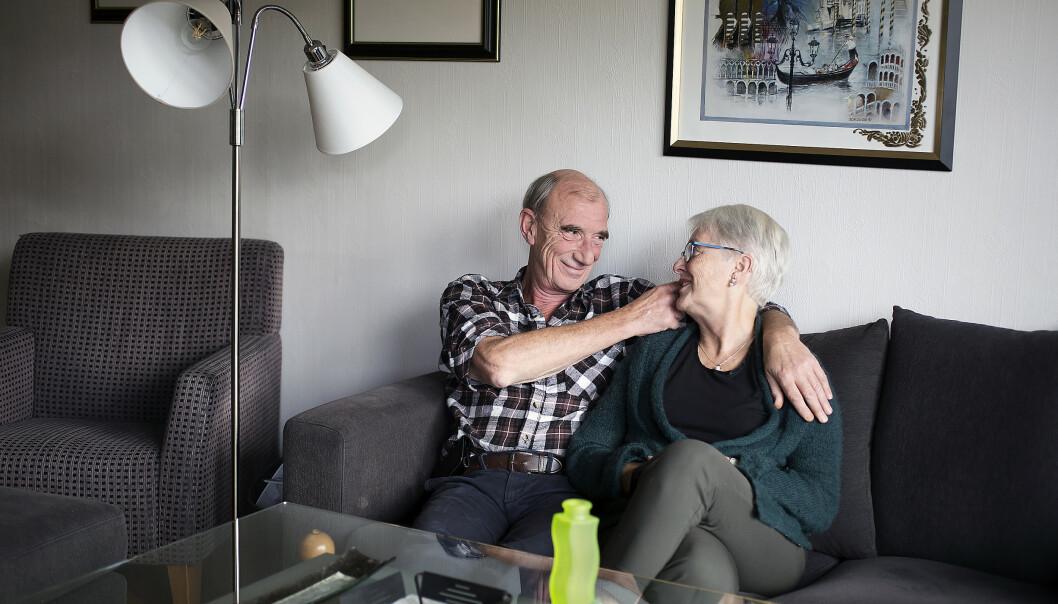 Stein på besøk i Ritas sofa. Hun trives best hjemme hos seg selv, så ofte er det Stein som besøker henne. Foto: Silje Katrine Robinson