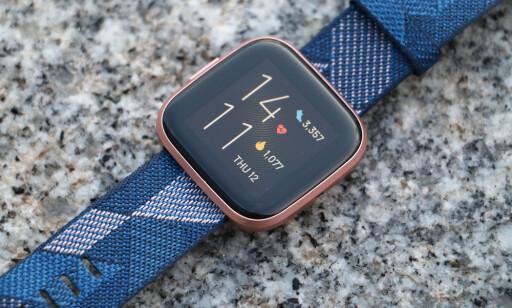 PEN OG GOD NOK: Fitbit Versa 2 byr på nok funksjonalitet til dem som ønsker en enkel klokke som kan følge med på din daglige aktivitet og gi deg varsler fra mobilen. Foto: Kirsti Østvang