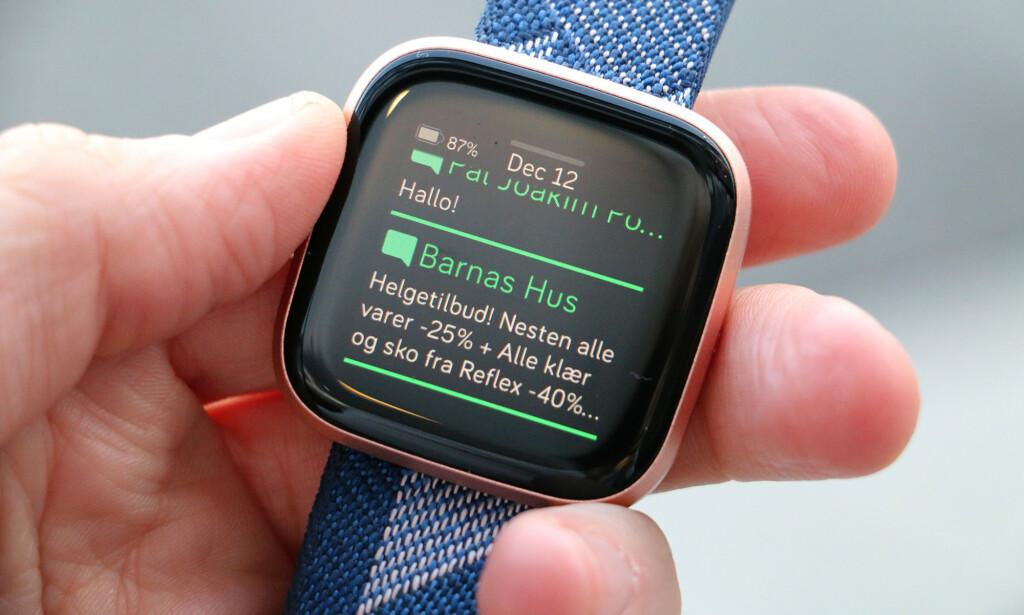 KJEKT MED MOBILVARSLER: Fitbit-klokka blir en slags forlengelse av smartmobilen med innkommende varsler. Du kan lese meldinger, og har du Android-mobil, kan du også svare på dem. Foto: Kirsti Østvang