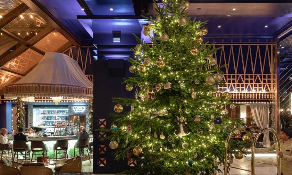 SVIMLENDE SUM: Fra noen meters avstand ser dette juletreet kanskje ut som et hvilket som helst annet. Interiørdesigner Sigurd Storm fikk hakeslepp av synet - og ikke på en positiv måte. Foto: Kempinsk