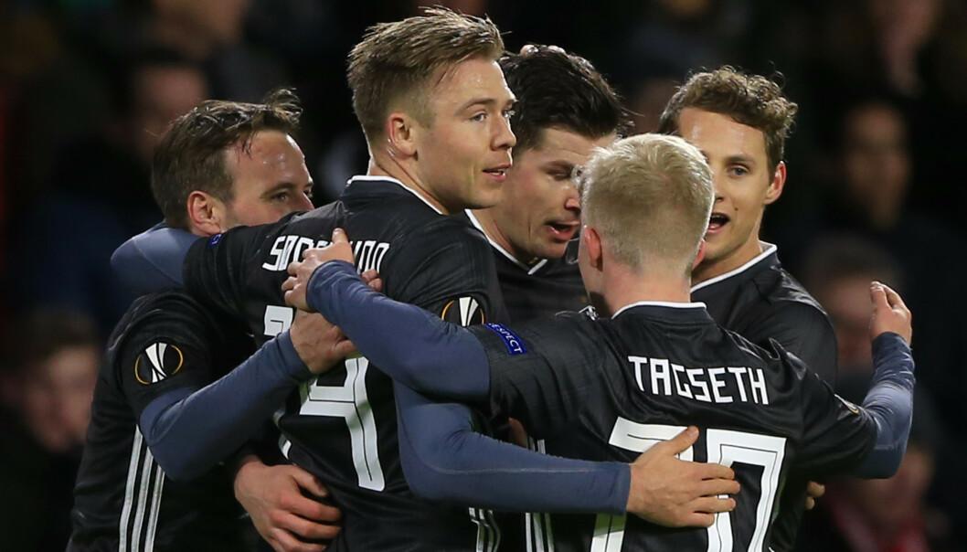 <strong>PERLESCORING:</strong> Lagkameratene hadde all grunn til å applaudere Pål André Hellands scoring borte mot PSV. Foto: AP Photo/Peter Dejong
