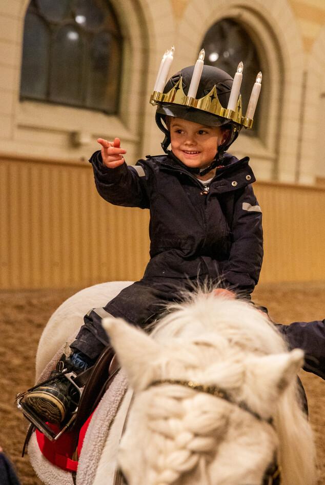 <strong>PEKER:</strong> Prins Oscar virket svært engasjert under fotograferingen. Foto: Sara Friberg / Det svenske kongehuset