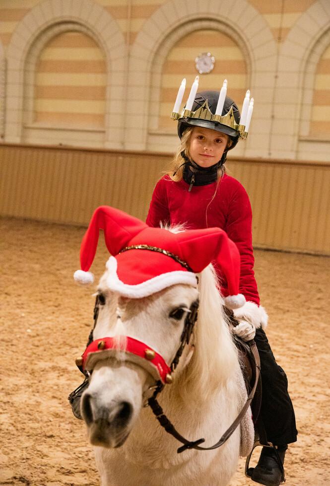 <strong>I FARTA:</strong> Prinsesse Estelle og prins Oscar er svært aktive. Nå sender de en julehilsen til det svenske folk fra hesteryggen. Her er Estelle på hesteryggen. Foto: Sara Friberg / Det svenske kongehuset