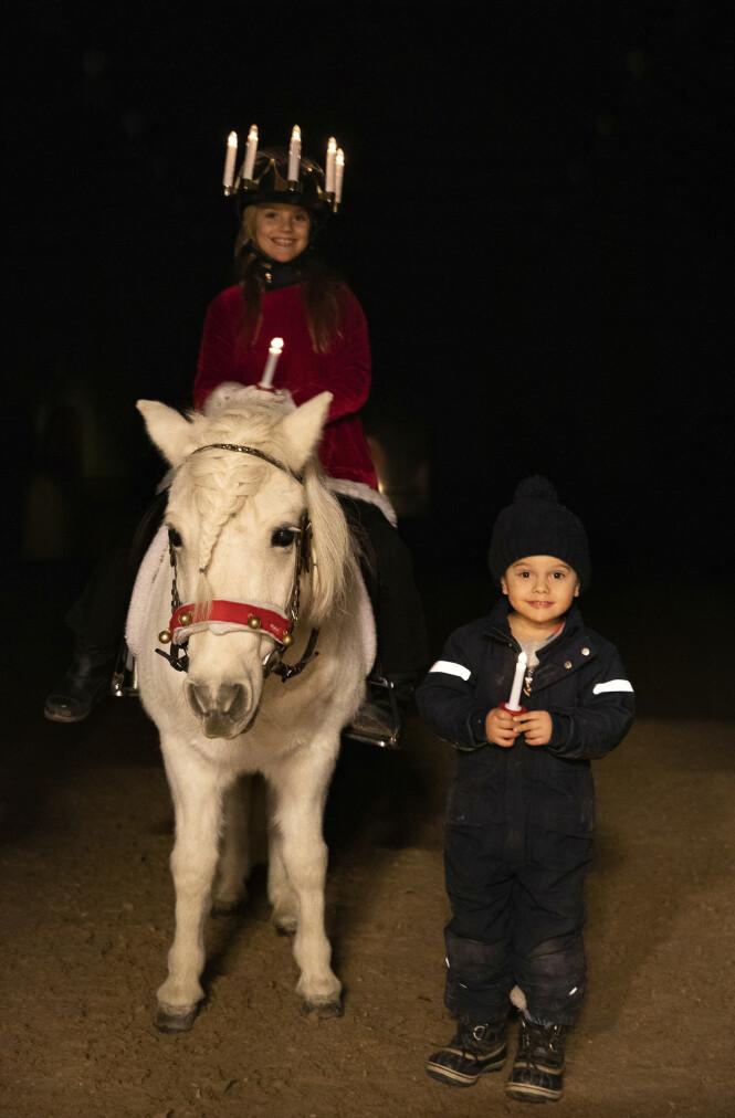 <strong>BROR OG SØSTER:</strong> Prinsen og prinsessen smiler pent til kameraet - på selveste Luciadagen. Foto: Sara Friberg / Det svenske kongehuset
