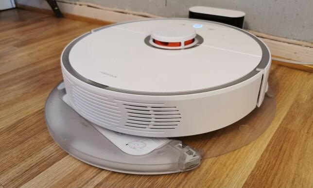VANNTANK: Denne kan du enkelt dra ut og fylle med vann uten å måtte snu på støvsugeren. Foto: Pål Joakim Pollen