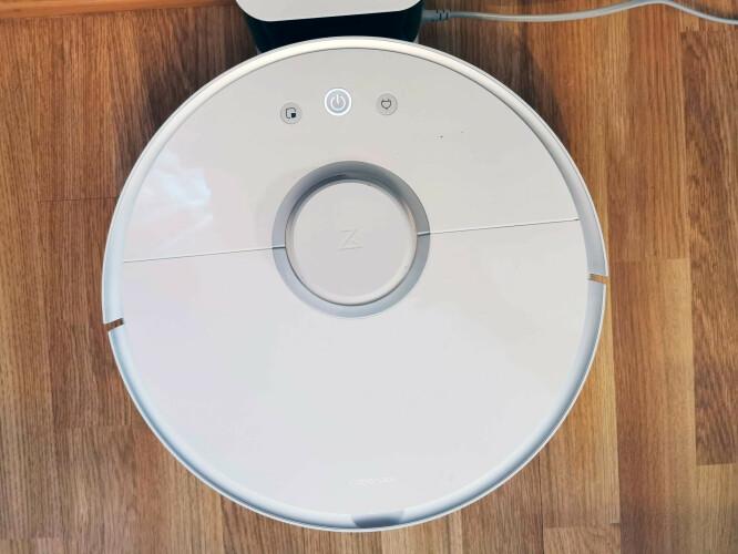 Roborock S5 er rund og har tre knapper. Støtsensoren dekker drøye halve sirkelen. Foto: Pål Joakim Pollen