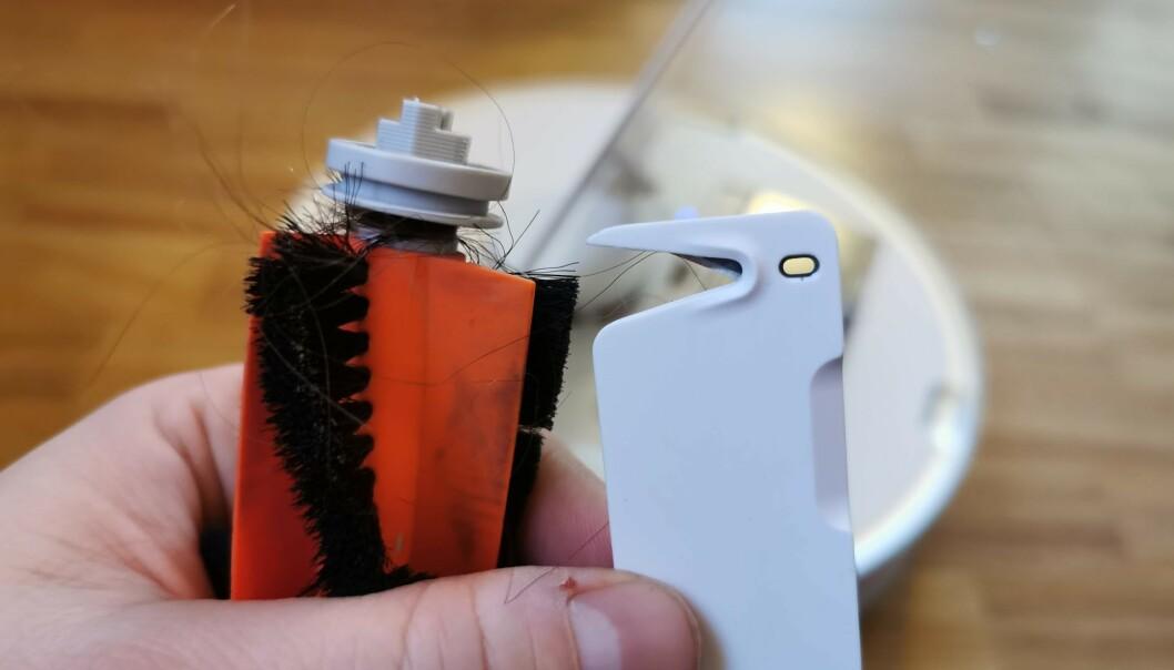 <strong>KUTTER HÅRSTRÅ:</strong> For å rengjøre hovedbørsten er denne kniven kjekk, som lar deg kappe over hårstrå som har surret seg fast. Foto: Pål Joakim Pollen