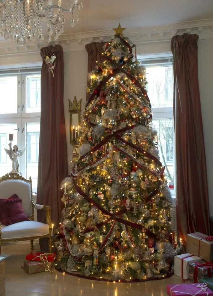 <strong>EKSTRAVAGANT:</strong> Sigurd Storm er kjent for sin gjennomførte juledekorering. Dette treet er pyntet med hele 1500 gjenstander. Foto: Privat