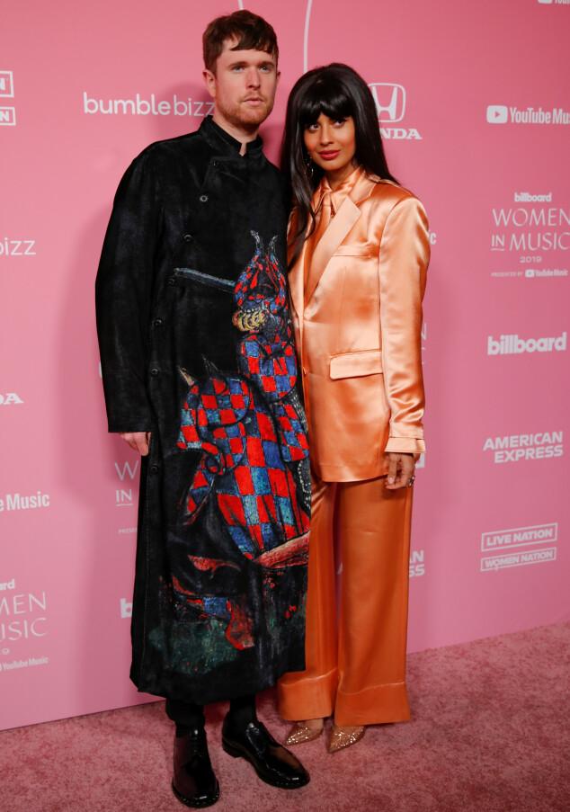<strong>KUL DUO:</strong> James Blake og Jameela Jamil hånd i hånd på Billboard Women in Music. Foto: NTB scanpix