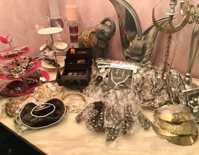 <strong>SMYKKER:</strong> Erlend Elias selger blant annet store mengder uåpnede smykker. Foto: Privat
