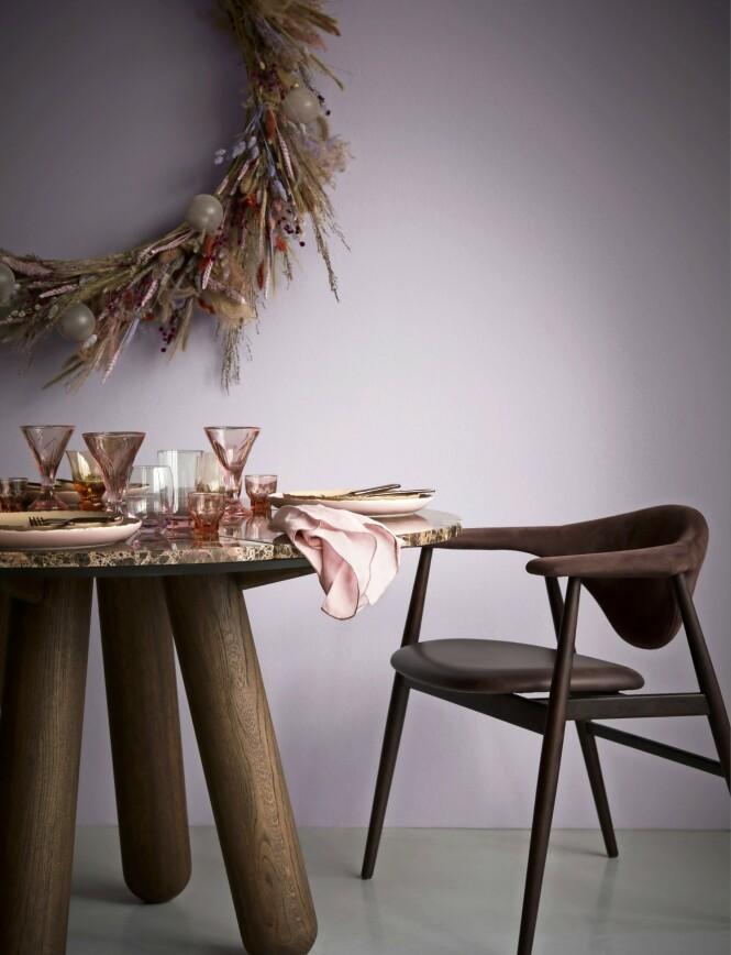 Rosa vinglass fra Beau Marché og vannglass med og uten fot fra Dibbern. Tips! La hver gjest få en julekule som pynt på tallerkenen sin. FOTO: Katrine Myrhdal