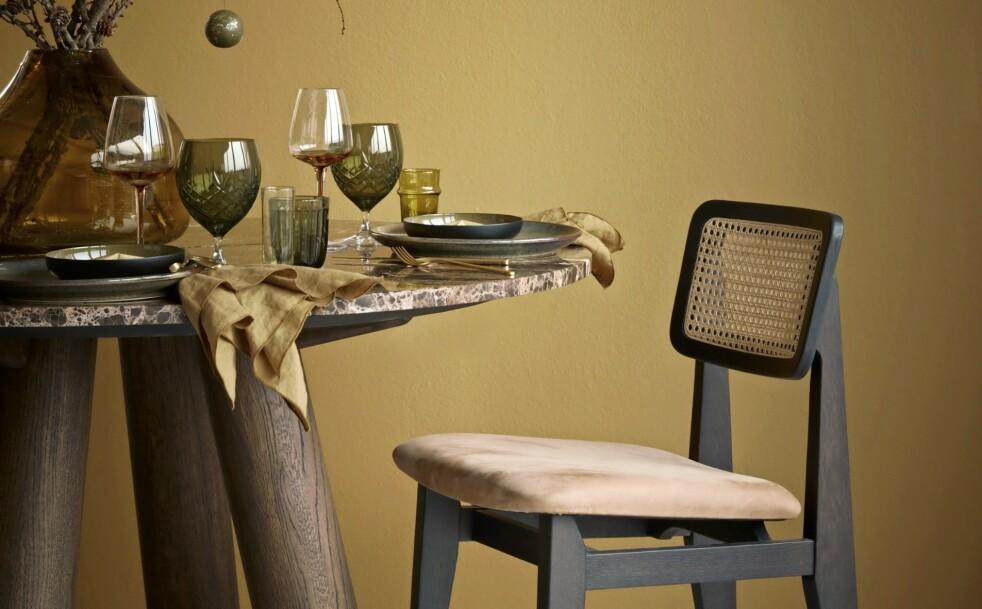 Tips! Farget glass er supertrendy nå, og gir bordet det lille ekstra. FOTO: Katrine Myrhdal
