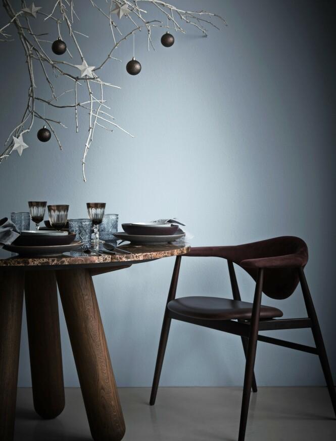Julekulene og stjernene som henger på greinene, er fra Søstrene Grene. FOTO: Katrine Myrhdal