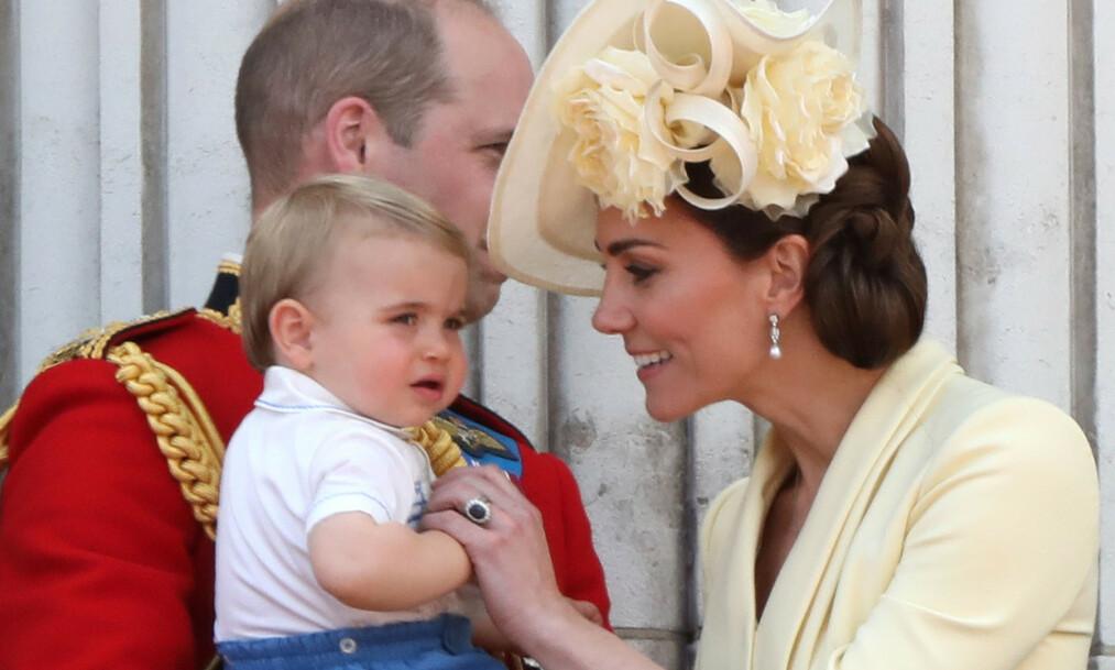 SØTT: Prins Louis fyller to år i april, og har allerede begynt å prate. Nå forteller hans stolte mor om et av hans første ord. Foto: NTB scanpix