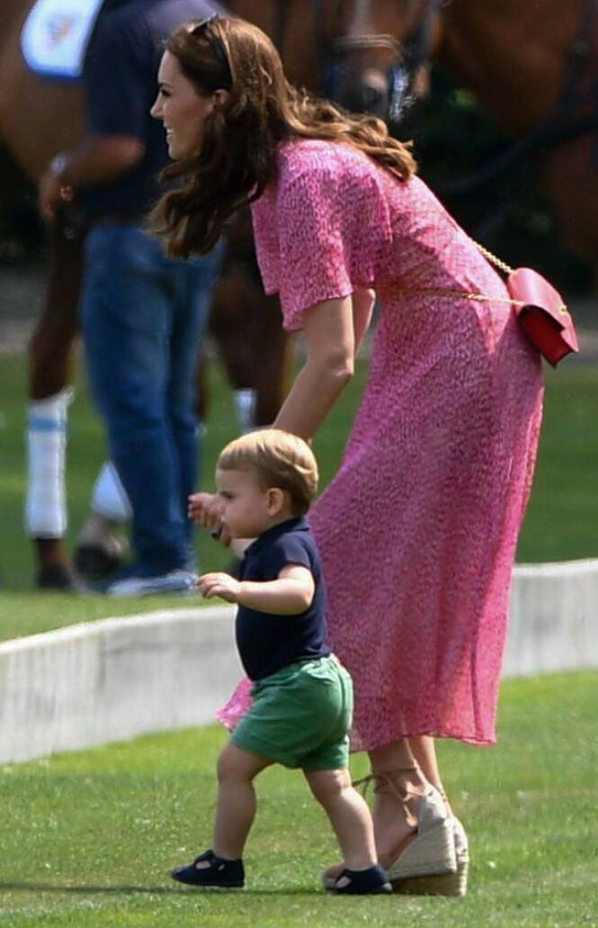 VOKSER FORT: Lille prins Louis har allerede begynt å gå. Nå er snakketøyet også satt i sving, ifølge moren. Foto: NTB scanpix