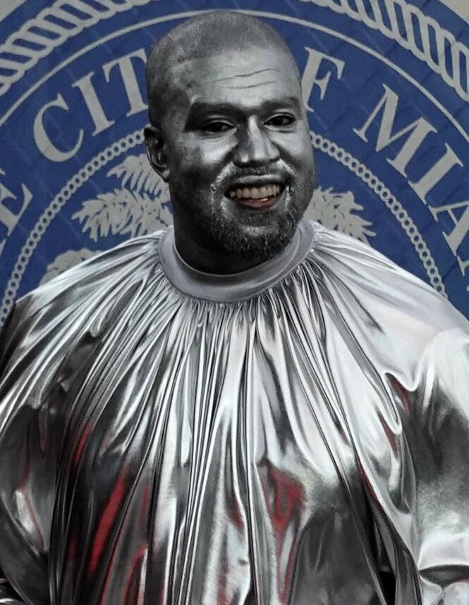 KUNSTELSKER: Kanye West har prøvd seg på det meste over årene, og nå er opera hans nyeste hobby. Da hans andre opera hadde premiere i starten av desember, dukket han like så godt opp slik. Foto: NTB scanpix