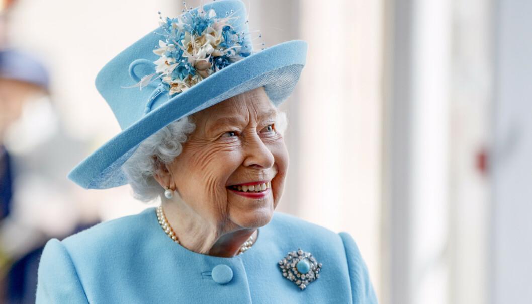 PERSONLIG UTDELING: Dronning Elizabeth tar seg angivelig tid til å gi julegaver til sine ansatte personlig to uker før jul. Foto: NTB Scanpix