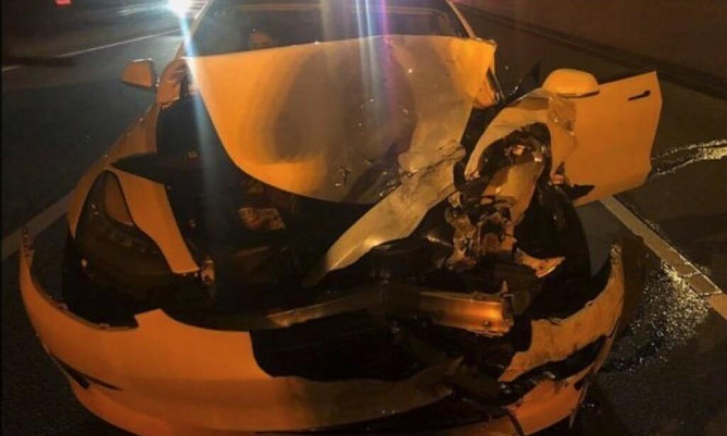 STORE SKADER: Det ble store skader både på politibilen og Tesla Model 3 etter kollisjonen. «Det finnes ingen biler i salg i dag som er selvkjørende», sier Connecticut State Police. Foto: Connecticut State Police