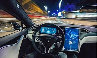 SIKKERHETSRISIKO: Rapporten fra Nederland reiser en rekke spørsmål rundt sikkerheten til såkalte selvkjørende biler. Det største problemet er bilføreren. Foto: Tesla