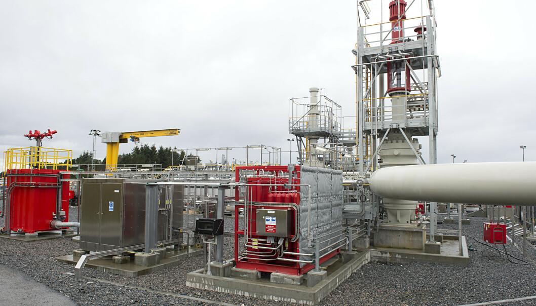 <strong>MER OLJEEKSPORT:</strong> Anlegget der oljen fra Johan Sverdrup-feltet ankommer i rør til Mongstad. Oppstarten av dette feltet var med på å sørge for den høyeste oljeeksporten på fem år i november og bidro til en økning av handelsoverskuddet. Foto: Marit Hommedal / NTB scanpix