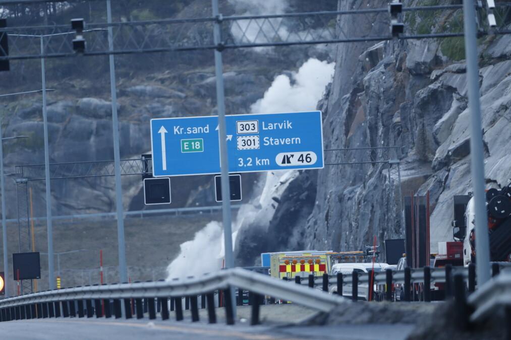 Fjellblokka som sto igjen etter raset ved E18 ved Bommestad i Larvik, ble sprengt tirsdag formiddag. Foto: Terje Bendiksby / NTB scanpix