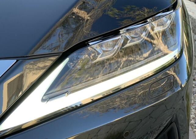 BLADESCAN AHS: Lexus hevder å være først i verden med den nye lysteknologien, som er et alternativ til eksempelvis LED Matrix-lysene hos tyske konkurrenter. Dette er adaptive hovedlys som er utstyrt med mange små LED-lys. En spinnende propell med to speil sprer lyset og kan spre, dele eller blende lyset av for foranliggende eller møtende kjøretøy mye mer presist enn tidligere, ifølge produsenten. Foto: Knut Moberg