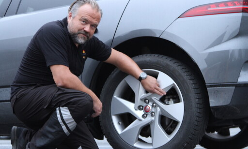 BREMSEFEIL: - Rust på bremsene og andre bremsefeil er noe vi ser mye av også på norske biler når de er inne til kontroll, sier Erik Dammen, leder av Trafikkstasjonen på Risløkka i Oslo. Foto: Rune Korsvoll