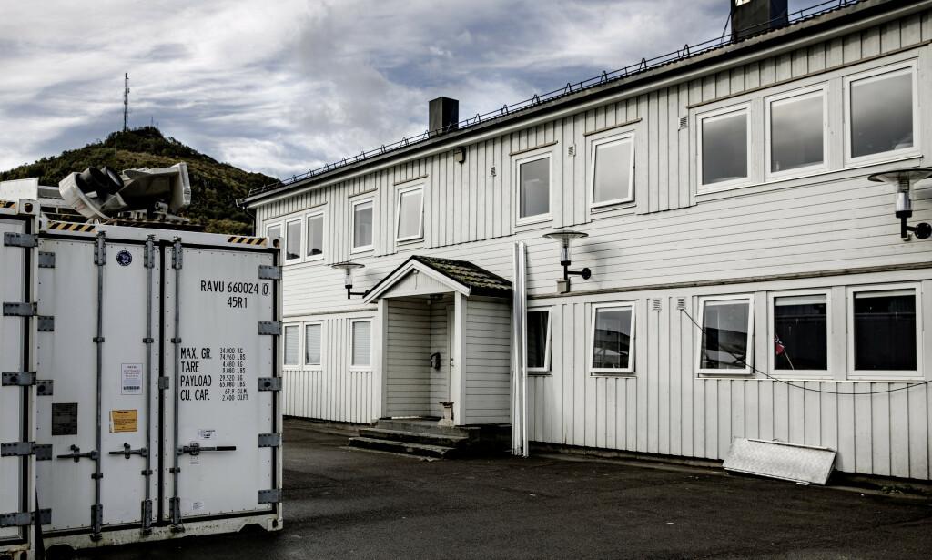 INNREDET FOR 48: Dette huset, kalt «White House», på Myre Fiskemottak var rigget for at 48 arbeidere kunne bo der i 2018. Bildet er tatt etter at huset ble pusset opp. Foto: Nina Hansen/Dagbladet