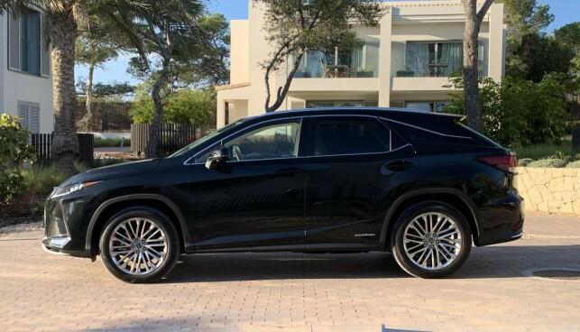 LIK PROFIL: Lexus RX har egenart, det er det ingen tvil om. Linjene er uforandret på den oppgraderte modellen. Foto: Knut Moberg