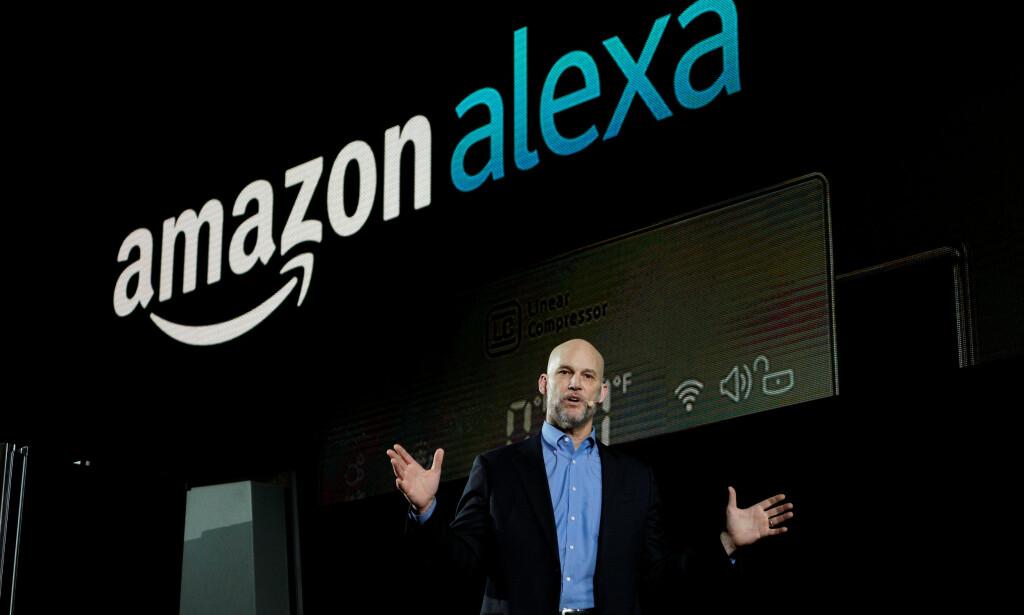 BAK KULISSENE: En rekke av verdens største techselskaper tilbyr smarthøyttalere. I sommer kom sjokkavsløringen om at det sitter mennesker og lytter på stemmeopptakene. Nå rettes søkelyset mot ansettelsesforholdene. Avbildet er tidligere visepresident i Amazon, Mike George. Foto: NTB Scanpix